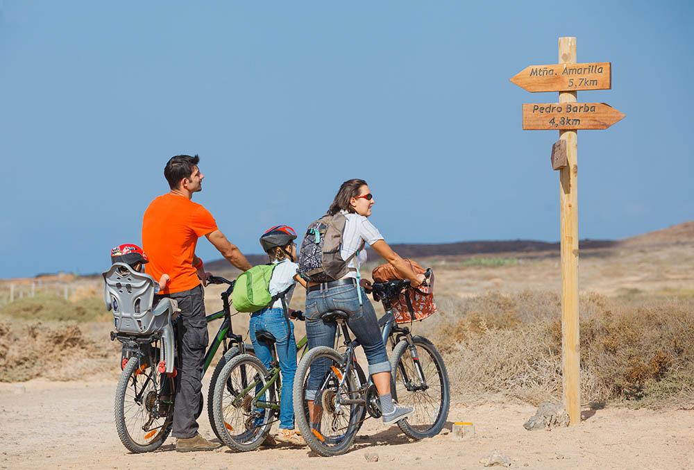 Familia en bicicleta en La Graciosa